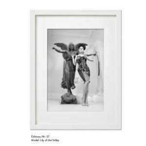 Foto-Print Grauwert-Edition No. 37 – S/W-Archival Pigment Print auf Barytpapier, gerahmt. Modern Pin-up Fotografie von Carlos Kella im Format 20 x 30 cm mit Passepartout und Rahmen Model: Lily of the Valley.