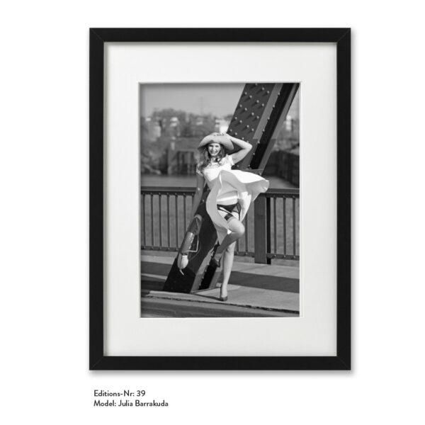 Foto-Print Grauwert-Edition No. 39 – S/W-Archival Pigment Print auf Barytpapier, gerahmt. Modern Pin-up Fotografie von Carlos Kella im Format 20 x 30 cm mit Passepartout und Rahmen Model: Julia Barrakuda.