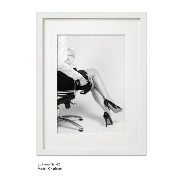 Foto-Print Grauwert-Edition No. 42 – S/W-Archival Pigment Print auf Barytpapier, gerahmt. Modern Pin-up Fotografie von Carlos Kella im Format 20 x 30 cm mit Passepartout und Rahmen Model: Charlotte.