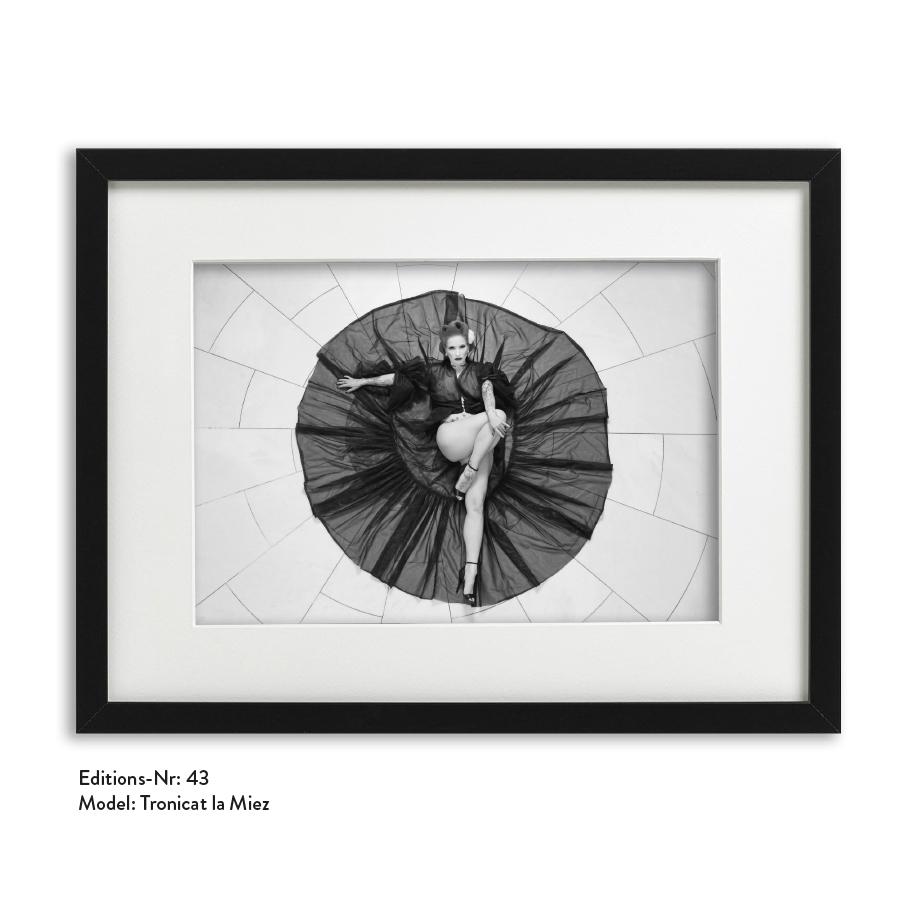 Foto-Print Grauwert-Edition No. 43 – S/W-Archival Pigment Print auf Barytpapier, gerahmt. Modern Pin-up Fotografie von Carlos Kella im Format 20 x 30 cm mit Passepartout und Rahmen Model: Tronicat La Miez.