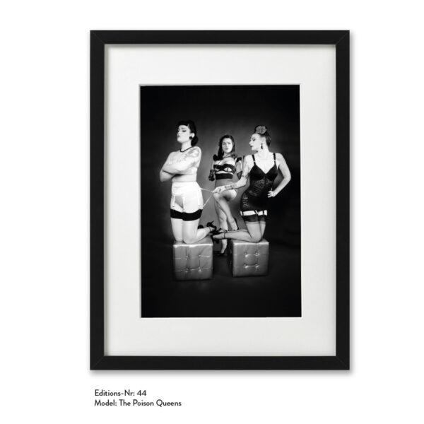 Foto-Print Grauwert-Edition No. 44 – S/W-Archival Pigment Print auf Barytpapier, gerahmt. Modern Pin-up Fotografie von Carlos Kella im Format 20 x 30 cm mit Passepartout und Rahmen Models: The Poison Queens.