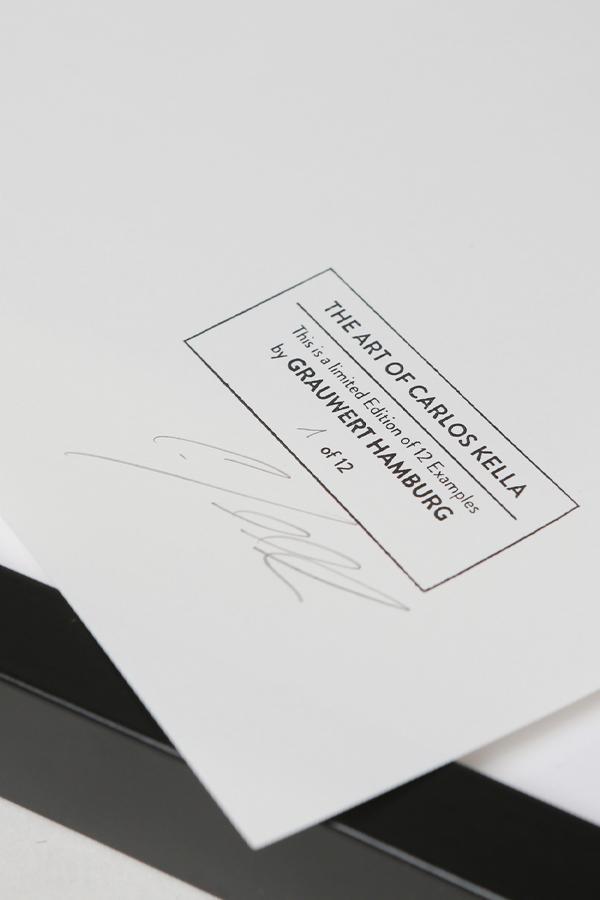 Foto-Print Grauwert-Edition – S/W-Archival Pigment Print auf Barytpapier, gerahmt. Modern Pin-up Fotografie von Carlos Kella im Format 20 x 30 cm mit Passepartout und Rahmen.