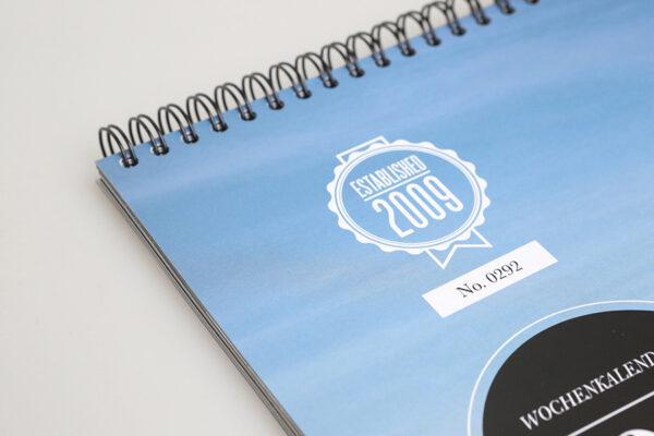 Girls & legendary US-Cars 2021 Wochenkalender von Carlos Kella mit 53 Kalenderblättern. Limitiert und auf dem Titel nummeriert.