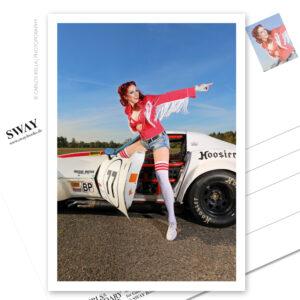 Postkarte von Carlos Kella mit Kalender-Covergirl Eve Champagne und einer Chevrolet Corvette C3 (B-Production Racer) von 1973.
