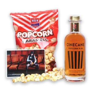 CINECANE Popcorn-Rum, Karamell Popcorn und eine Postkarte von Carlos Kella | Photography