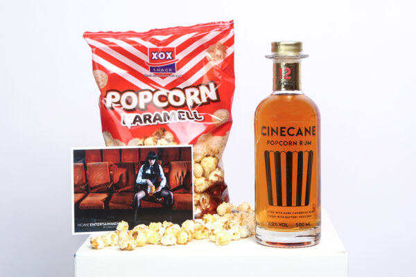 Das PCINECANE Popcorn-Rum, Karamell Popcorn und eine Postkarte von Carlos Kella | Photographyopcorn Rum Home Entertainment Paket by Carlos Kella: Cinecane Popcorn-Rum, Karamell Popkorn und eine Postkarte von Carlos Kella.