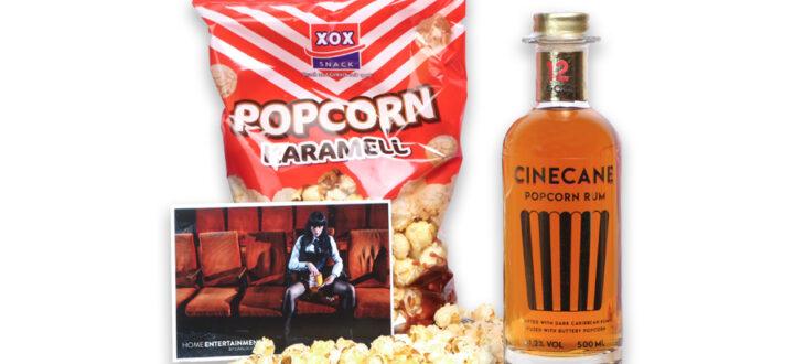 Das Popcorn Rum Home Entertainment Paket by Carlos Kella: Cinecane Popcorn-Rum, Karamell Popcorn und eine Postkarte von Carlos Kella.