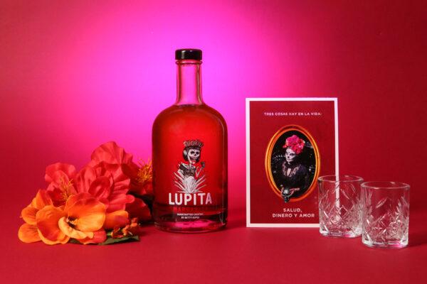 Lupita Margarita Hibiskus Special: Handcrafted Cocktail by Betty Kupsa | The Chug Club Hamburg, zwei Shotgläser und eine Postkarte von Carlos Kella im Set.