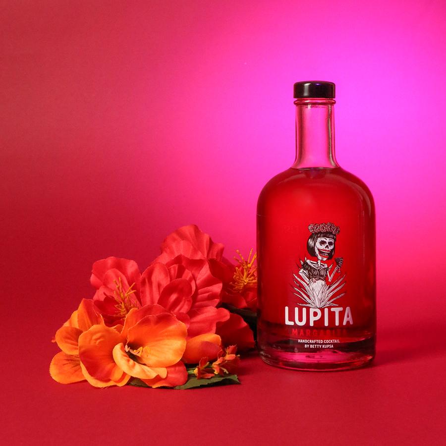 Lupita Margarita Hibiskus: Handcrafted Cocktail by Betty Kupsa | The Chug Club Hamburg. Bottled Cocktail, 20% VOL. / 0,5 Liter-Flasche.